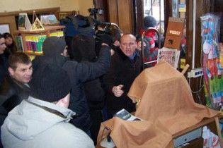 """Книжный магазин """"Сяйво"""" в Киеве снова захватили. Директор магазина избит"""