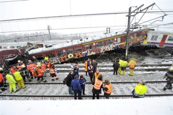 В лобовом столкновении поездов в Бельгии один из машинистов чудом выжил