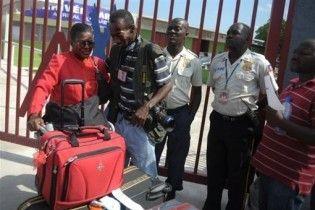 Первый пассажирский самолет прилетел на Гаити после землетрясения