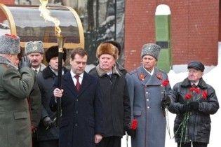 Медведев зажег Вечный огонь