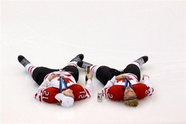 Канадские хоккеистки-чемпионки пили и курили прямо на льду