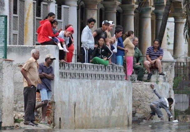 Высокие волны вызвали наводнение в Гаване