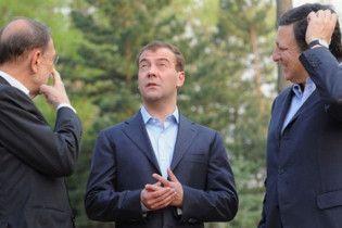 """В Омске в день приезда Медведева убрали афишу """"Ждем тебя, веселый гном"""""""