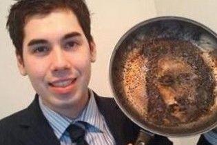 Британец увидел лик Христа на сковороде