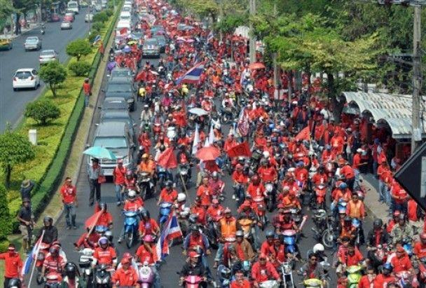 """Десятки тысяч """"красных рубашек"""" собрались на митинг в Бангкоке"""