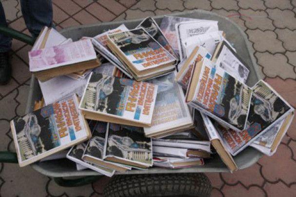 Второй за сутки акт вандализма в Крыму: сожжены учебники по истории Украины