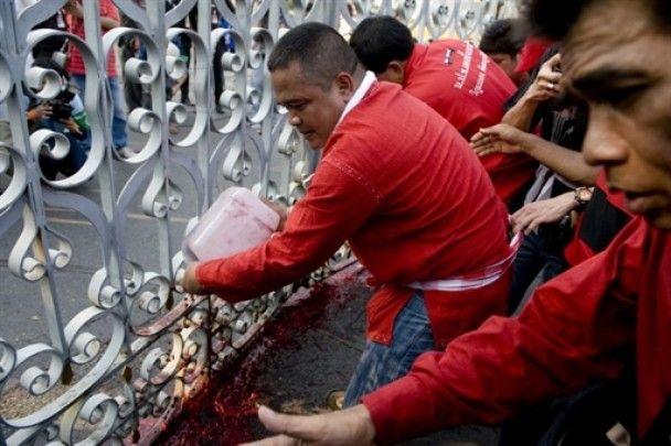 В Таиланде протестующие вылили полтонны крови под здание правительства