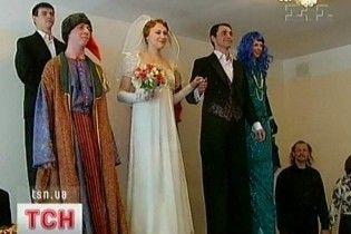 В Украине сыграли первую свадьбу на ходулях