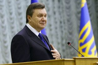 Януковича приравняли к государственному флагу и гербу