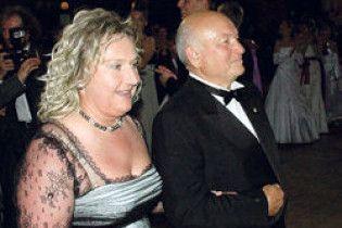 Жена Лужкова защитит его честь в суде