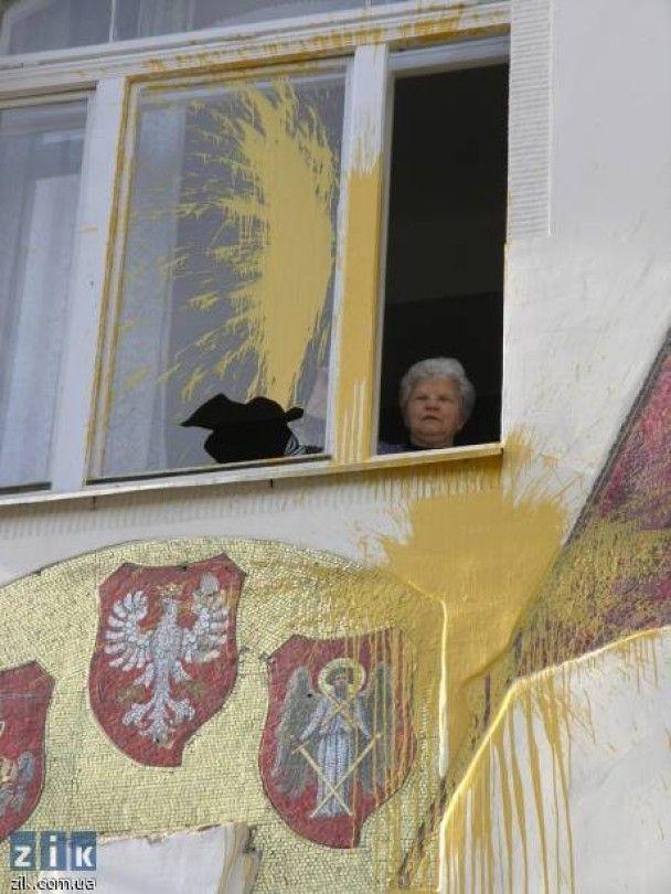 Во Львове русскую школу облили желтой и синей краской