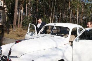 """Янукович и Медведев поедут в автогонках на двух """"Победах"""""""
