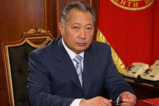 Президент Киргизии покинул страну