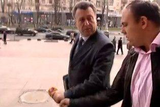 Киевский чиновник вырвал у журналиста микрофон и выбросил в мусорник