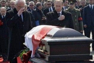Польские СМИ: россияне подложили в гроб Качиньского чужую руку