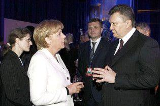 Меркель попросили поговорить с Януковичем о свободе слова