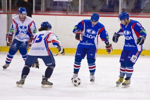 Российские хоккеисты сыграли в футбол на льду