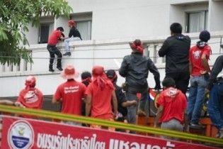 Лидеры оппозиции Таиланда сбежали из окруженной спецназом гостиницы через окно
