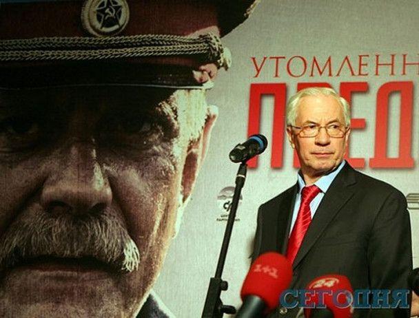 БЮТ: киевляне полдня стояли в пробках из-за того, что Азаров ездил в кино