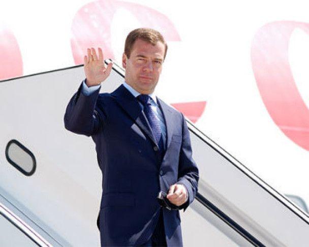 В Харькове к приезду Медведева помыли витрины, покрасили дома и снесли остановку
