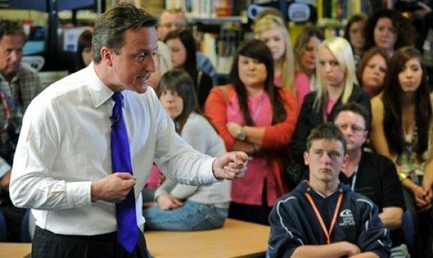 Студент бросил в лидера британских консерваторов яйцо