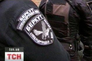 """""""Беркут"""" попал на камеру наблюдения во время избиения задержанного"""