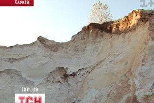 На Черкасчине 12-летнего мальчика засыпало песчаной лавиной