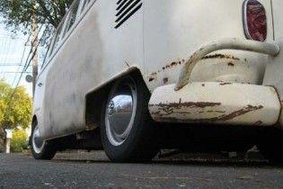 На автостоянке в Киеве обнаружили заминированный микроавтобус