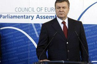 Януковича чуть не сбило с ног траурным венком (видео)