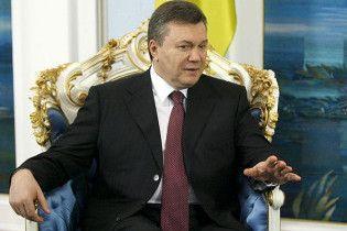 """В Рунете пытались """"зачистить"""" видео с падением венка на Януковича"""