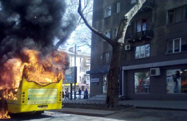 В центре Одессы загорелась маршрутка, набитая людьми