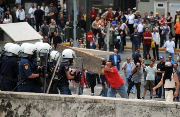 В центре Афин демонстранты поджигают банки, есть жертвы