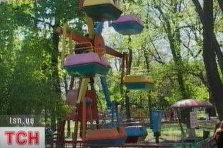 В Мариуполе на колесе обозрения застряли дети