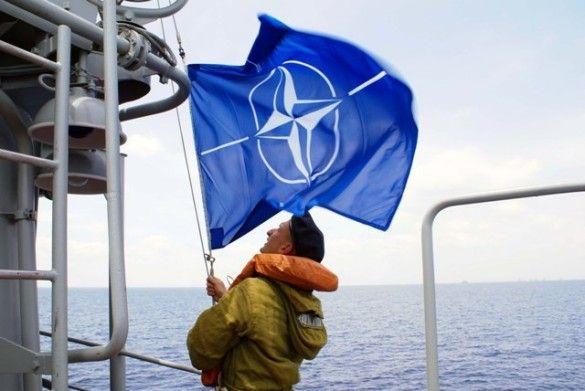 Український моряк піднімає прапор НАТО