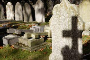 Пьяная компания выбросила зарезанного гостя на кладбище
