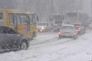 Снегопад парализовал движение транспорта в Киеве