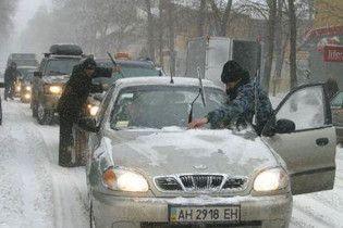 Снегопады осложнили движение транспорта на юге Украины