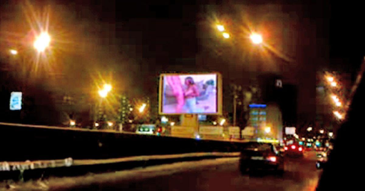 Видеоэкране на садовом кольце показали порноролик