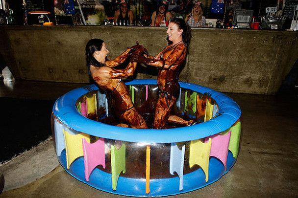 Шоколадный рестлинг в бикини