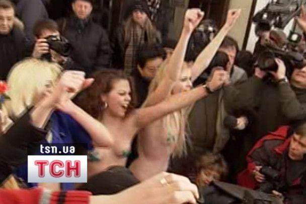 На участок Януковича пришли обнаженные девушки