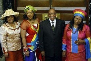 У ЮАР скандал - президент изменил своим четырем женам с любовницей