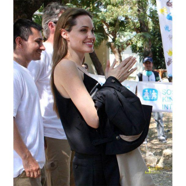Анджелина Джоли хочет усыновить ребенка из Гаити