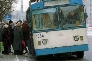 В троллейбусах будут штрафовать за отказ уступать место бабушкам