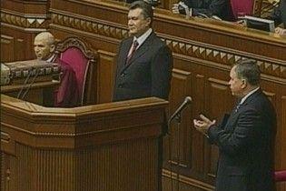 В Раде Януковича едва не ударило дверью