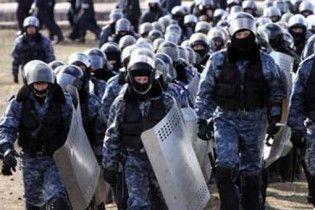 """Внутренние войска с собаками окружили здание """"Укрспецэкспорта"""""""