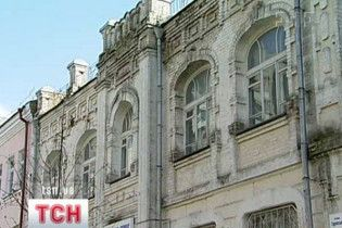 В Киеве кирпич упал на голову женщине и ребенку