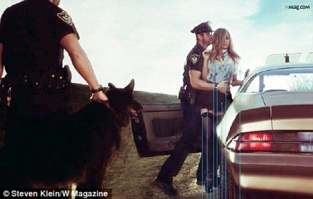 """Дженнифер Энистон на обложке """"W"""": преступница с любовником-полицейским"""