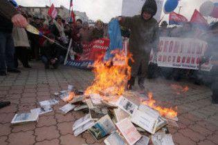 Администрация Януковича осудила сожжение учебников по истории в Крыму