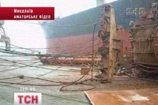 В Николаеве три человека пострадали из-за падения портового крана