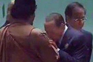 Берлускони пылко расцеловал руки Каддафи (видео)